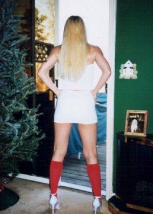 Блонда осталась одна дома и засветила свою киску в камеру - фото 2