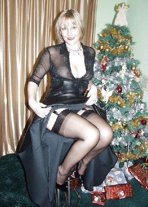 Попросила сфотографировать ее под елкой, а сама надела откровенные наряды - фото 24