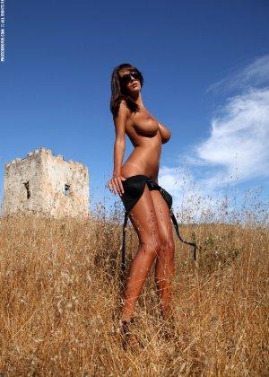 Девушка с большими сиськами фотографируется в поле - фото 13