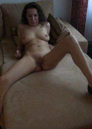 Немецкая шлюшка Кристина сняла с себя все и призывно ждет на диване - фото 15
