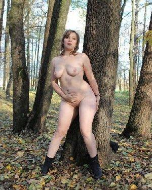 Голый осенний фотосет белой пышки в парке с листвой - фото 25