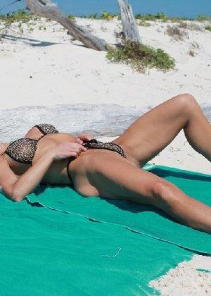 Горячая модель в зрелом возрасте позирует на пляже - фото 6