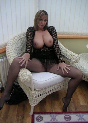 Зрелая дама с большой натуральной грудью откровенно сидит на кресле - фото 11