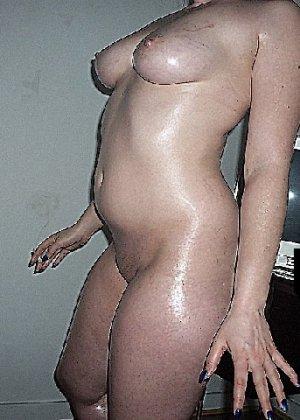Домашние извращенки обмазались маслом и фотографируются на кровати - фото 22
