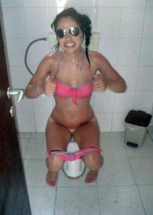Девчонок подстерегли в туалете, сфотографировали и выложили в сеть - фото 64