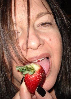 Откровенные снимки брюнетки с клубничкой во рту - фото 13
