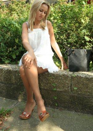 Горячую блондинку везде фотографировали в дворике - фото 5