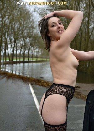 Зрелая дама в чулках вылазит и з автомобиля и показывает сиськи - фото 2