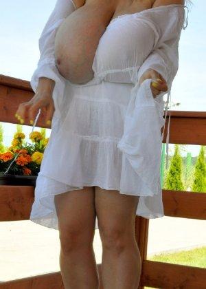 Развратные девицы демонстрируют свои огромные сиськи - фото 4
