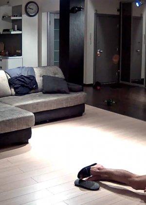 Спрятанная камера постоянно снимает дом и находящихся в нем парней и девушек - фото 8