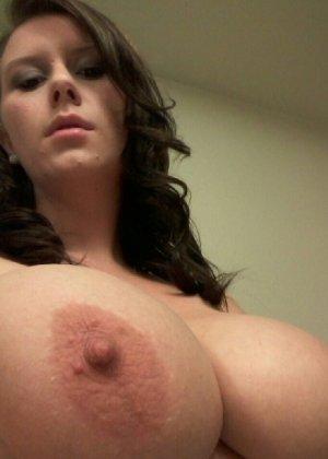 Молодая жена всегда очень возбуждена и фоткает свои большие сиськи и киску - фото 29