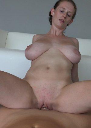 Красавица, с немножко обвисшей грудью, занимается сексом - фото 29