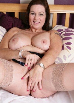 Зрелая британская женщина на все готова в постели - фото 15