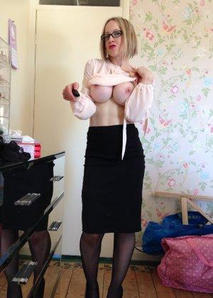 Шлюховатая жена примеряет на себя разные наряды для секс игр - фото 5