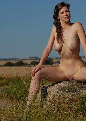 Девушка обнаженной вышла в поле ради отличных снимков - фото 17