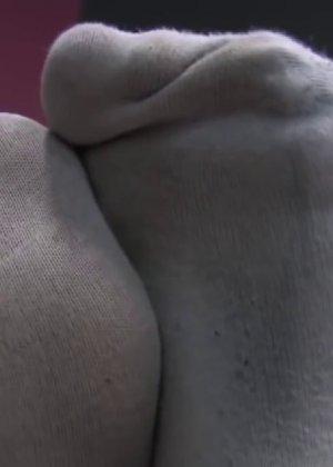 Милая куколка демонстрирует свои подмышки, снимает кеды и показывает ножки - фото 32