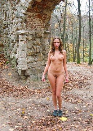 Русская девчонка Оля не стесняется голых фоток на улице - фото 45