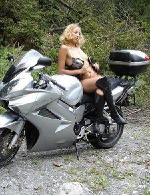 Девка фоткается голой на мотоцикле среди зелени - фото 16