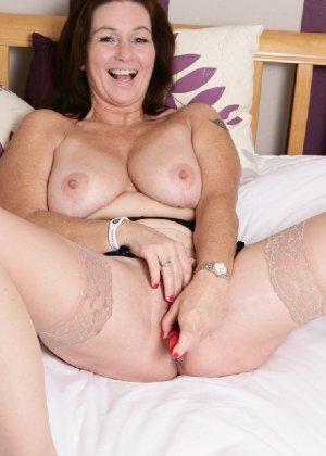 Зрелая британская женщина на все готова в постели - фото 23