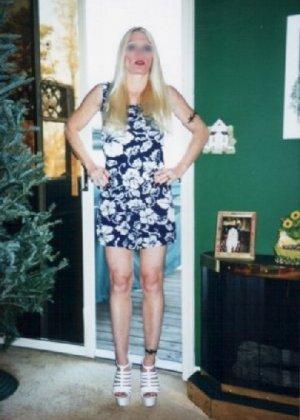 Блонда осталась одна дома и засветила свою киску в камеру - фото 9