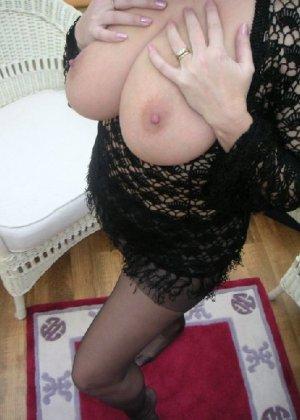 Зрелая дама с большой натуральной грудью откровенно сидит на кресле - фото 5