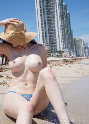 Девка с обворожительной фигурой в купальнике в дырочку лежит на песке - фото 28