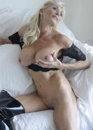 Худая блондинка в возрасте отлично выглядит - фото 3
