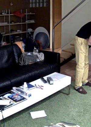 Спрятанная камера постоянно снимает дом и находящихся в нем парней и девушек - фото 34