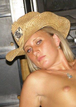 Еще одна блондинка, которая любит сосать и позировать голой - фото 36