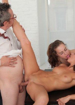 Преподавая, профессор анально и вагинально наказал двух студенток - фото 11
