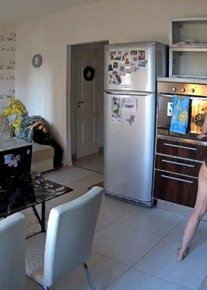 Спрятанная камера постоянно снимает дом и находящихся в нем парней и девушек - фото 74