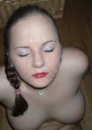 Девка развлекается и сосёт член своему парню, а потом он кончает ей на лицо - фото 1