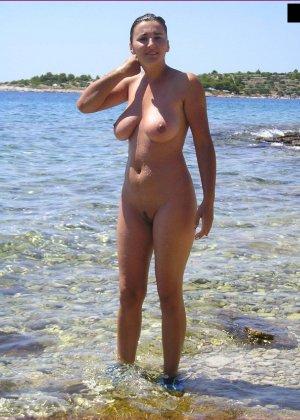 Секси куколка Марианна позирует для нас голой на пляже - фото 44