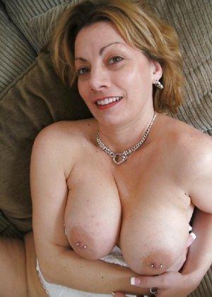 Зрелая женщина выставляет на показ свои прелести в эротическом белье - фото 46