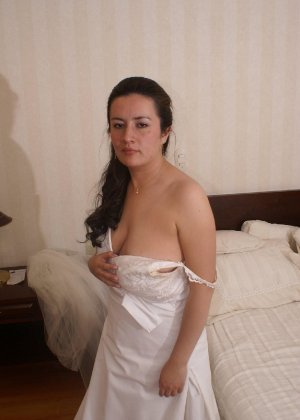 Невеста наконец-то сняла свое платье в спальни, под ним она была голая - фото 4