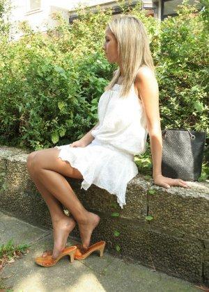 Горячую блондинку везде фотографировали в дворике - фото 4