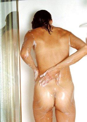 Стройная и зрелая женщина Александра купается в душе - фото 35