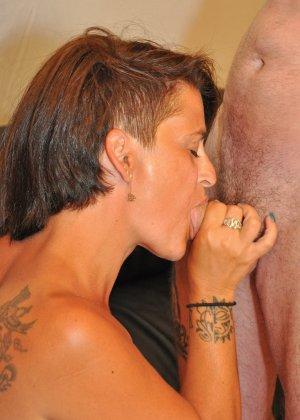 Зрелая пара занимается оральным сексом в своем доме - фото 14