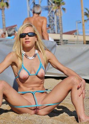 Деваха в купальнике с вырезами в самых интимных местах показывает киску - фото 12