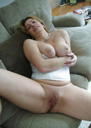 Зрелая женщина выставляет на показ свои прелести в эротическом белье - фото 47