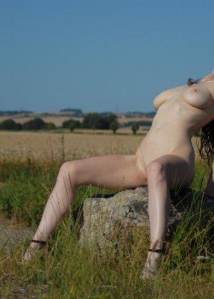 Девушка обнаженной вышла в поле ради отличных снимков - фото 15
