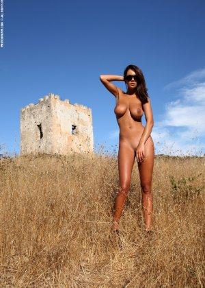 Девушка с большими сиськами фотографируется в поле - фото 21