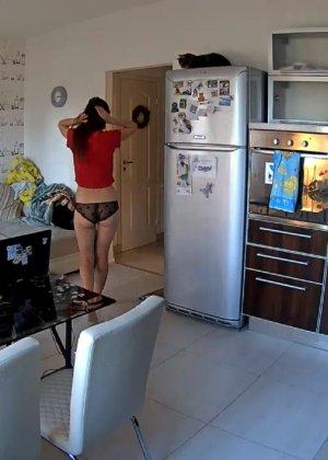 Спрятанная камера постоянно снимает дом и находящихся в нем парней и девушек - фото 66