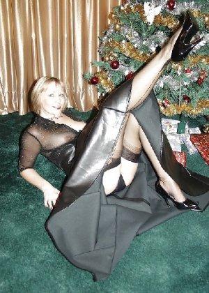 Попросила сфотографировать ее под елкой, а сама надела откровенные наряды - фото 19