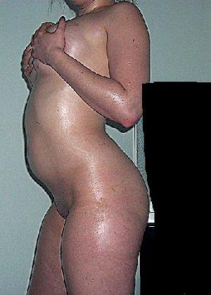 Домашние извращенки обмазались маслом и фотографируются на кровати - фото 17