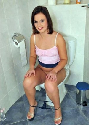 Девчонок подстерегли в туалете, сфотографировали и выложили в сеть - фото 69