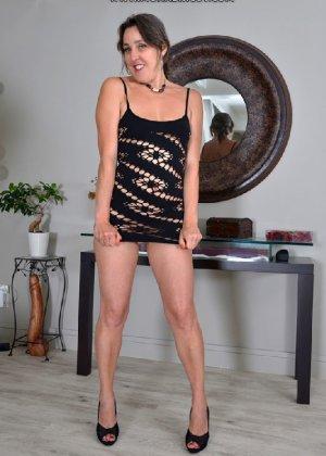 Девушка в коротком платье и без трусиков бесстыдно расселась на полу - фото 1