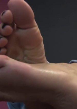 Милая куколка демонстрирует свои подмышки, снимает кеды и показывает ножки - фото 57