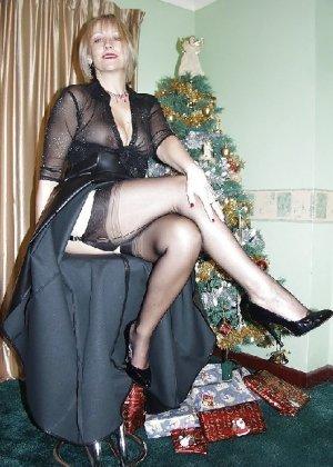 Попросила сфотографировать ее под елкой, а сама надела откровенные наряды - фото 23