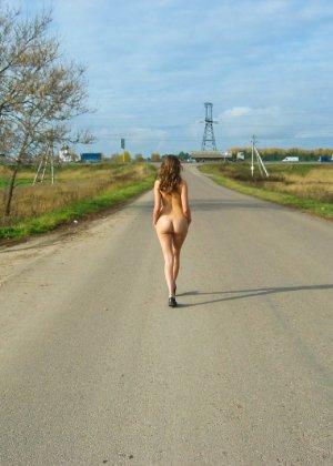 Русская девчонка Оля не стесняется голых фоток на улице - фото 6